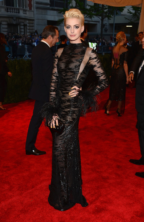 Anne+Hathaway+Met+Gala+2013+Valentino+Couture+1